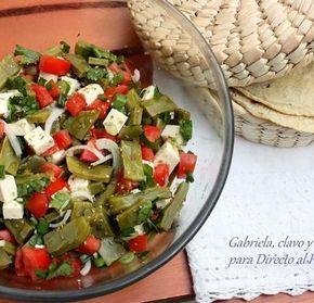 Ensalada de nopales: Nopales,tomate, cebolleta, queso fresco, cilantro, oregano, aceite y vinagre. Receta mexicana
