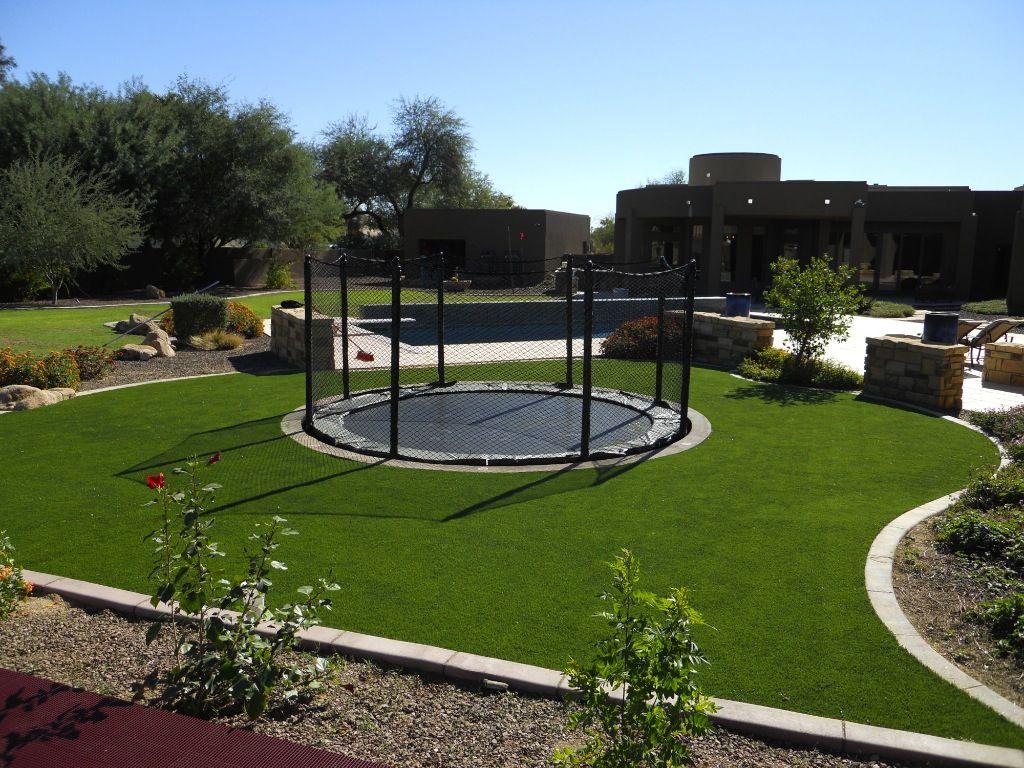 mooi rondom de trampoline kunstgras verkrijgbaar bij www