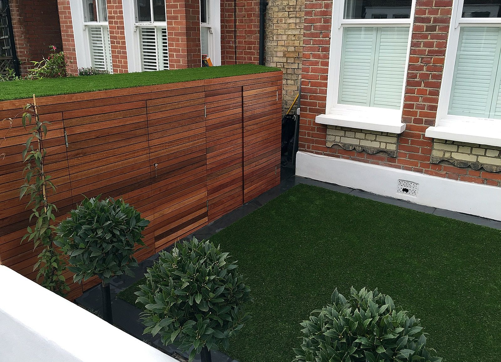 Fake Grass Chelsea Putney Architectural White Garden Wall Planting Lawn  Easi Wandsworth Contact Anewgarden For More Information