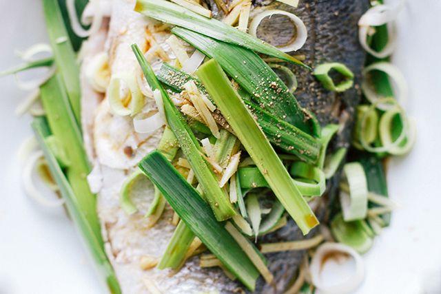 INGREDIENTI 1 l di acqua 500 g scarti di pesce e crostacei 1 cipolla 1 porro 50 g di burro Prezzemolo tritato 1 spicchio di aglio Pepe Pulite bene il pesce o i crostacei assicurandovi di togliere tutto il sangue anche dagli scarti. Togliete le foglie e l'estremità del porro e tagliatelo a rondelle. Tagliate una cipolla a juilienne. Fate ...