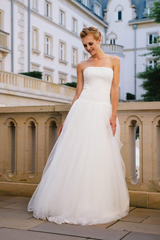 Eine elegante Braut in einem edlen Brautkleid aus reiner Seide. Eine ...