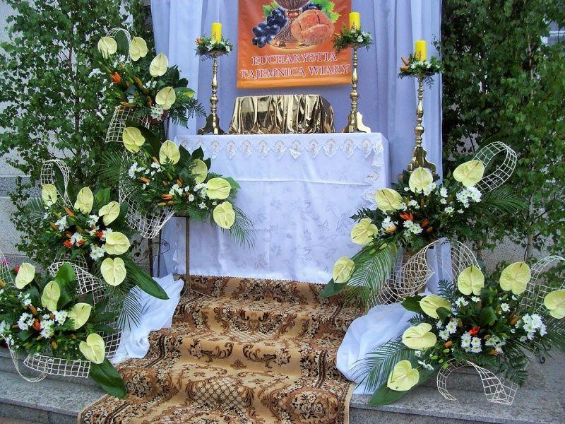 Kompozycje Na Oltarz Boze Cialo Anturium Lilie Margaretki Church Flower Arrangements Altar Flowers Altar Decorations