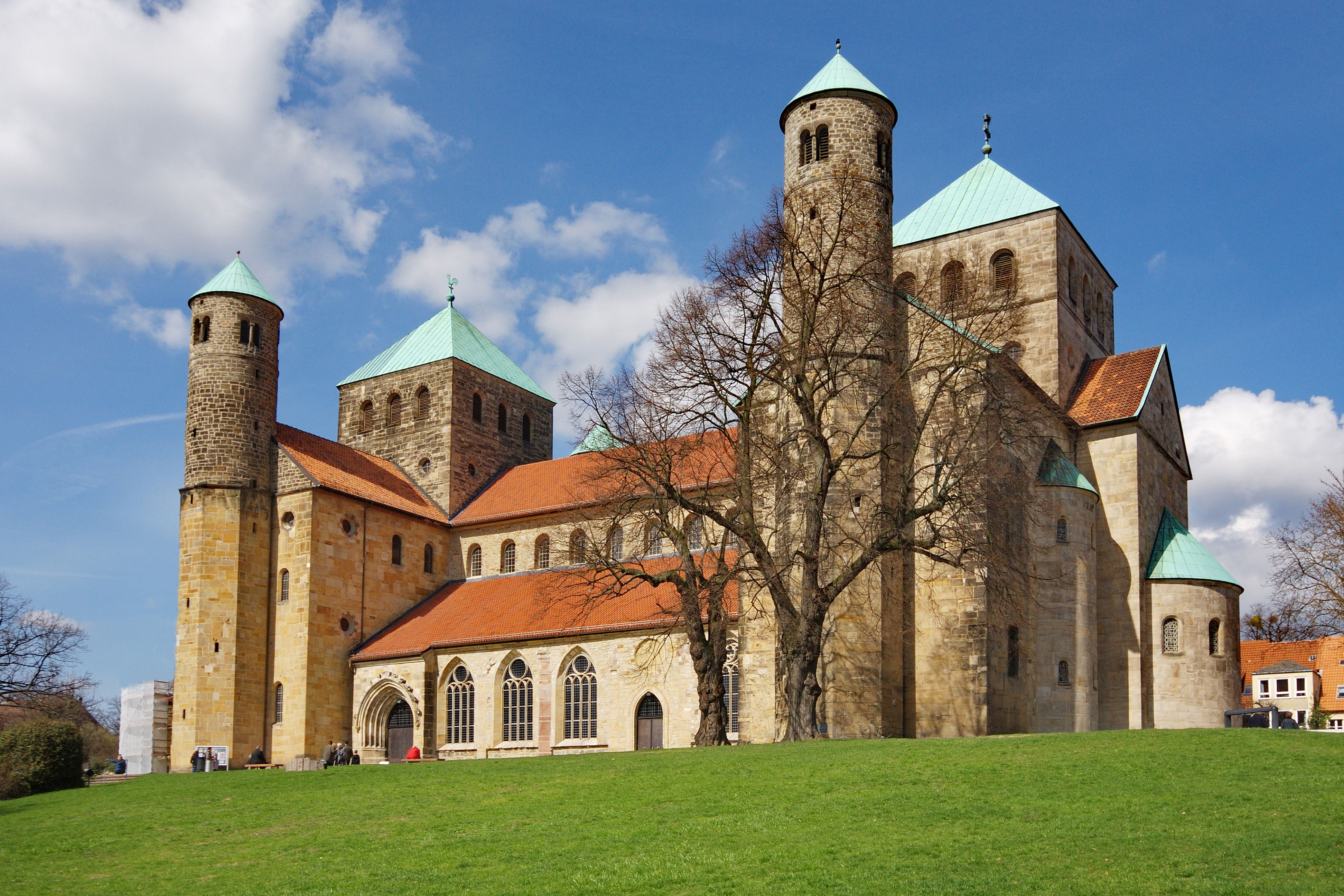 Eglise Abbatiale Saint Michel De Hildesheim Allemagne Basse Saxe Edifiee Entre 1010 Et 1033 Reprise Du Plan Basilical A Deux P Kathedrale Kirchen Moschee