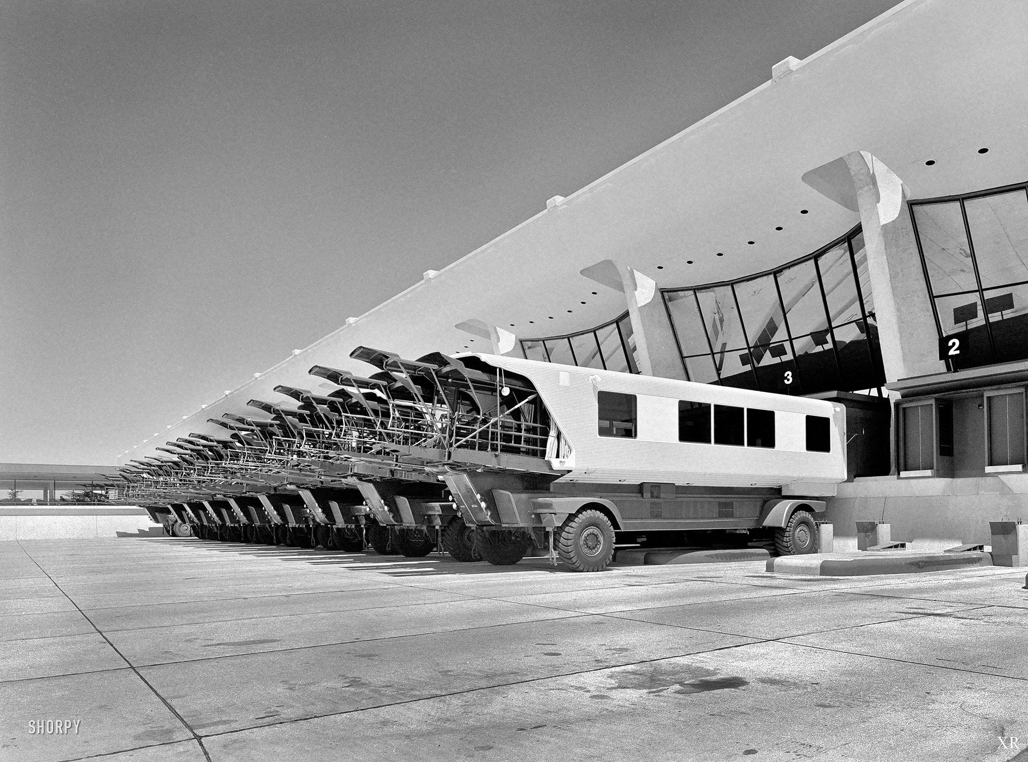 1962 Mobile Lounges Dulles Airport Architecture Dulles International Airport Eero Saarinen