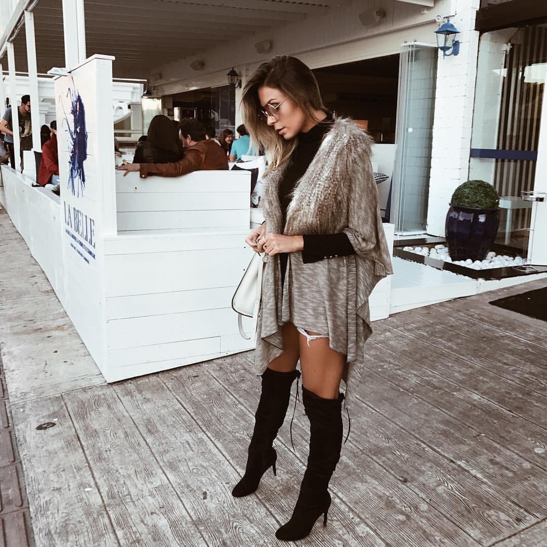 Vanessa Vasconcelos ( decoresaltoalto) - Look de inverno 2017 com poncho de  tricot e gola de pele fake + bota over the knee - street style 35446b3787e40