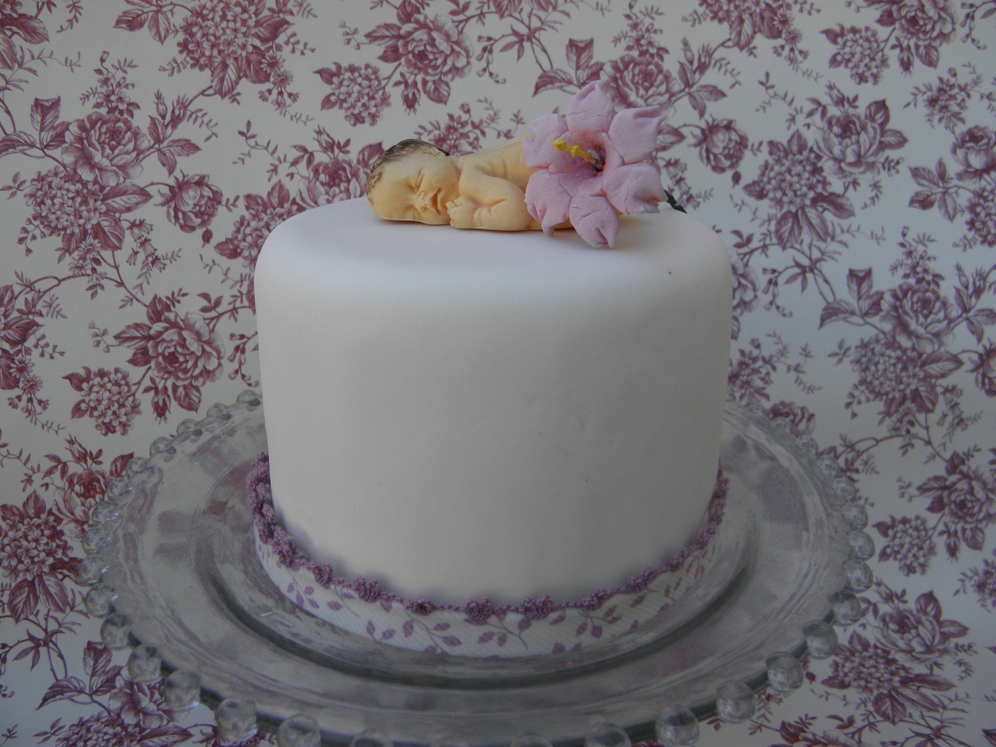 tarta decorada con un bebe de pastillaje, feliz bautizo