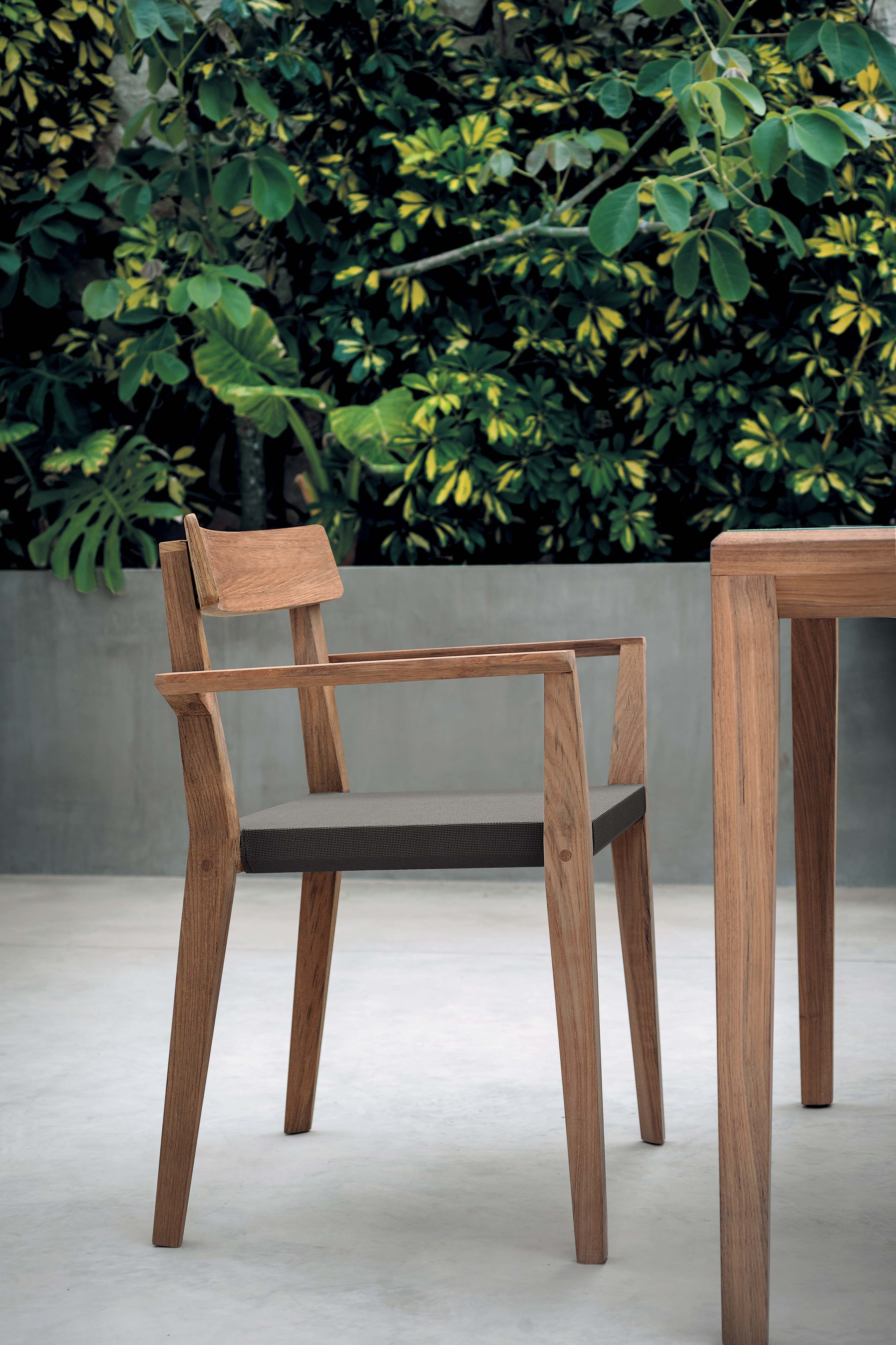 Le Designer Gordon Guillaumier A Pensé La Collection Teka Dont Chaise Est Tout à Fait Magnifique Avec Ses Lignes Pures Et étudiées