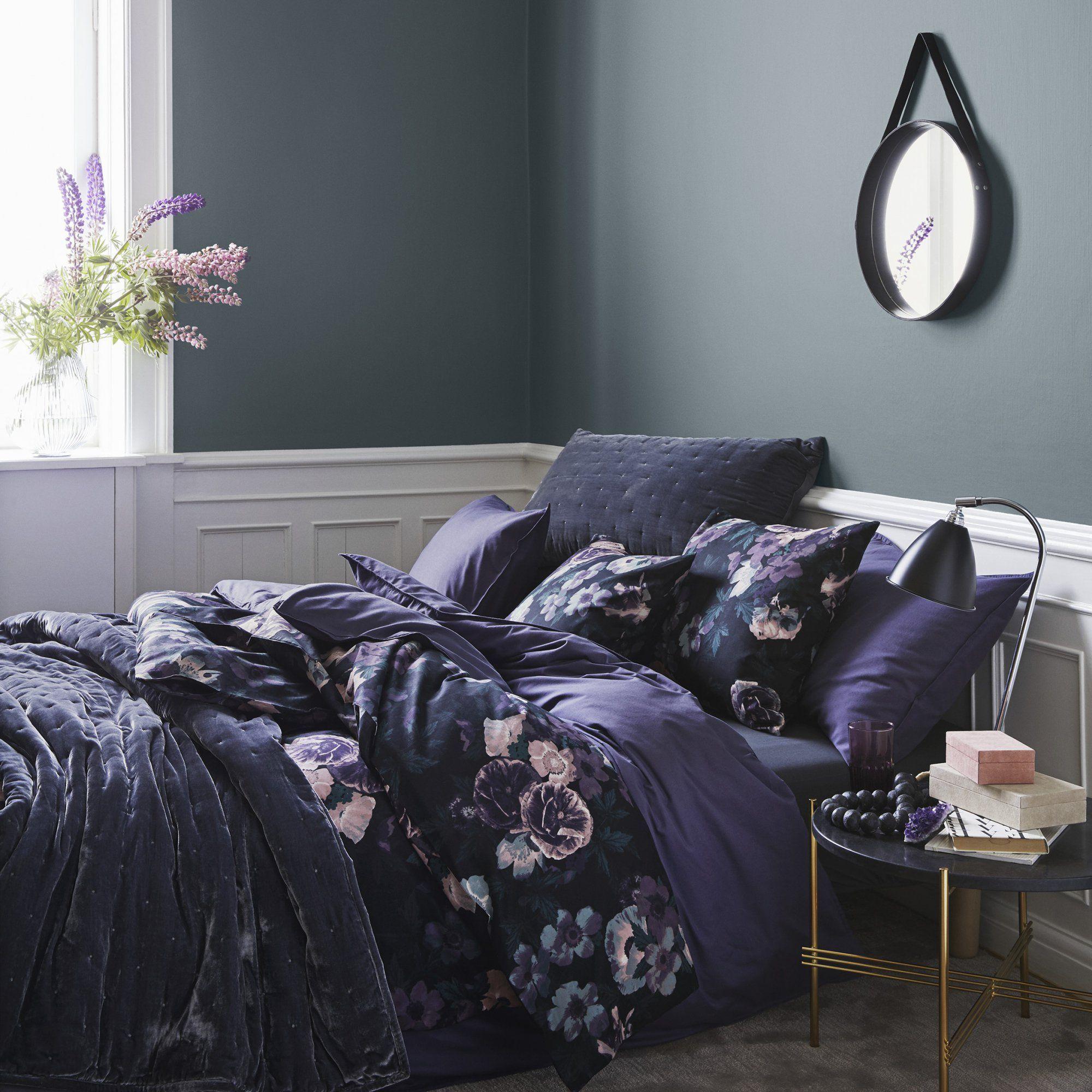 une chambre romantique la parure de lit fleurie aux tons violet un lit moelleux et. Black Bedroom Furniture Sets. Home Design Ideas