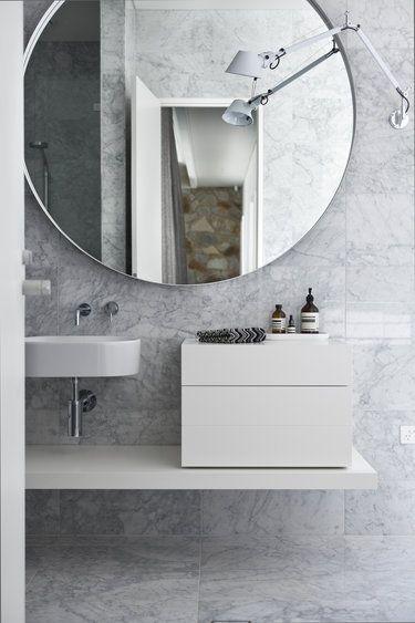 Ba o con peque o lavabo mueble sobre estanter a baja for Lavabos pequenos con mueble