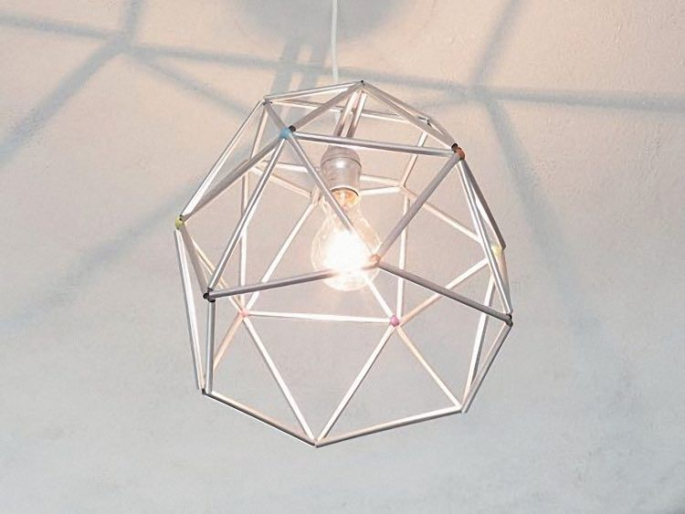 diy anleitung lampenschirm aus strohhalmen basteln via strohhalm lampenschirme. Black Bedroom Furniture Sets. Home Design Ideas