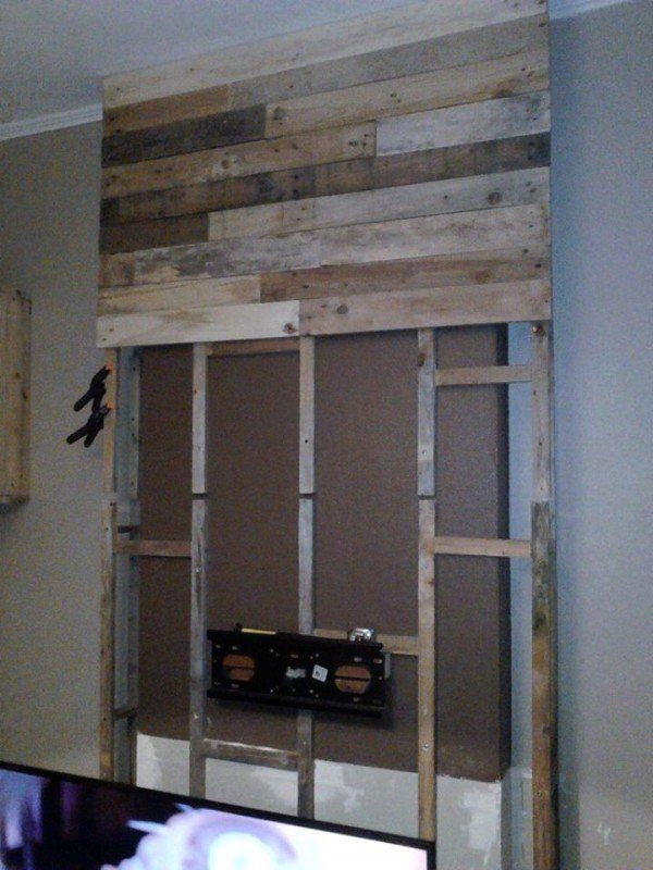 wall from pallet wood mur en bois de palettes pallet projects pinterest pallet wood tv. Black Bedroom Furniture Sets. Home Design Ideas