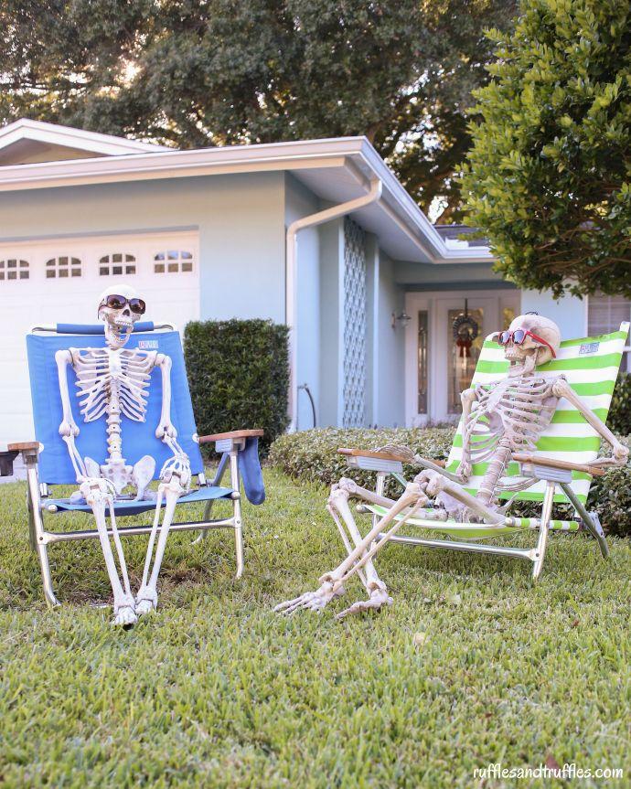 diy skeleton lawn decorations for halloween diy via shelikesruffles - Skeletons For Halloween Decorations