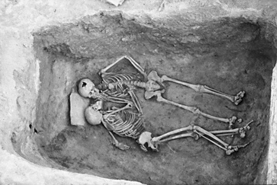 """Estos restos humanos fueron hallados en el año de 1972 en el sitio arqueológico de Teppe Hasanlu, en la provincia iraní de Azerbaiján Occidental. La posición en la que fueron hallados estos esqueletos le ha ganado a la fotografía, conservada por el Penn Museum, el apodo de """"el beso de los 2800 años"""", aunque el nombre oficial que le ha dado el museo es el de """"los amantes"""". Las excavaciones en el sitio, llevadas a cabo por el Museo de Pennsylvania, el Met Museum de Nueva York, comenzaron en…"""