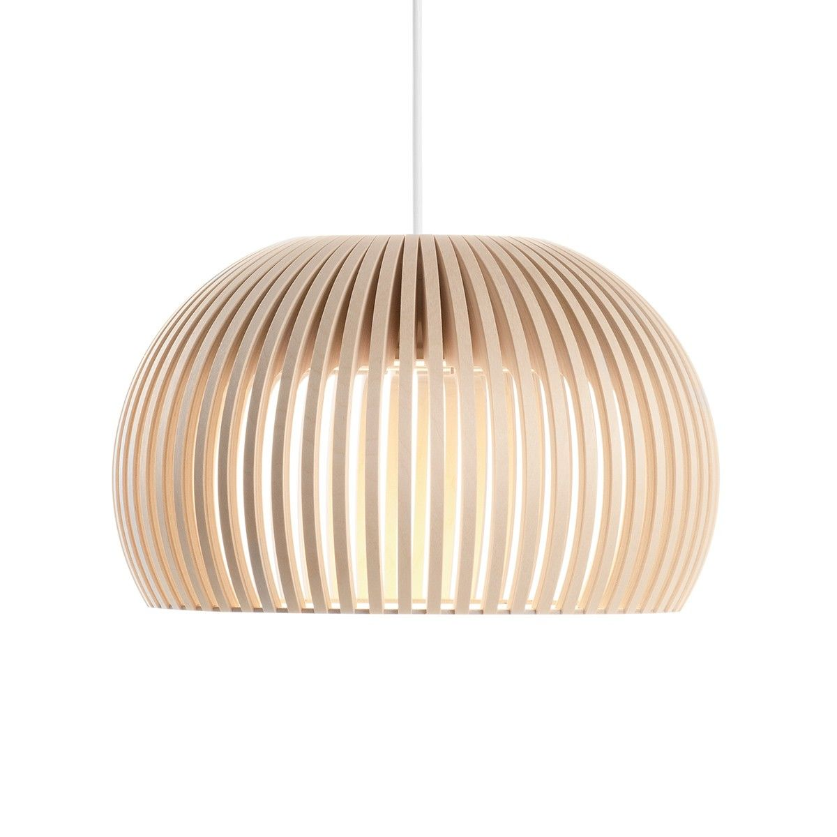 La forme arron de la suspension en bois Atto de Secto Design