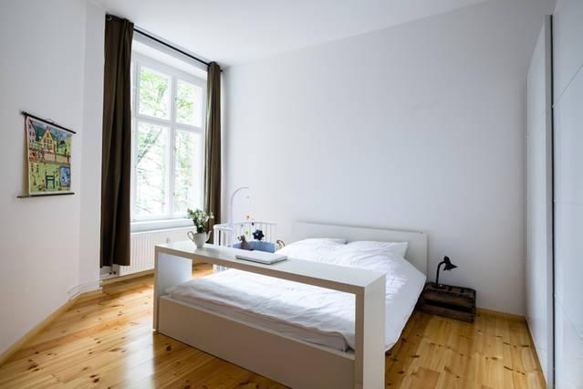Helles Schlafzimmer mit großem Fester und Babybett 3-Zimmer - vorhänge im schlafzimmer