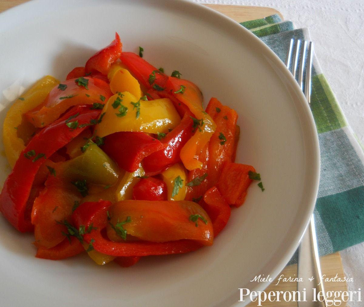 Peperoni in padella leggeri. Ideali come contorno facile e veloce per accompagnare carne, pesce, condire pasta e bruschette