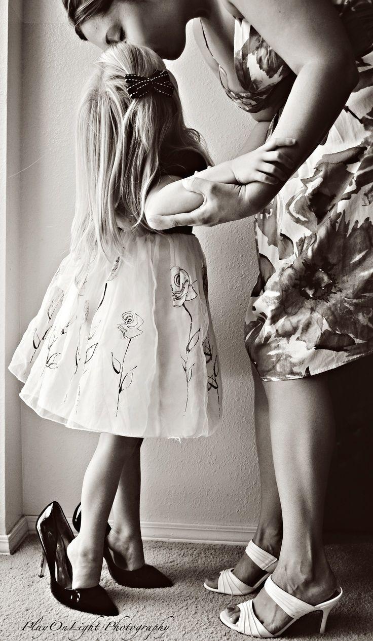 Un maman est capable de faire comme si sa fille de 5 ans chaussée avec ses chaussures qu'elle sera la plus belle pour aller au bal...