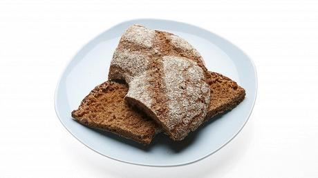 Tutkimuksen mukaan suolisto-oireista kärsivä voi syödä kerrallaan yhden palan uutta ruisleipää.