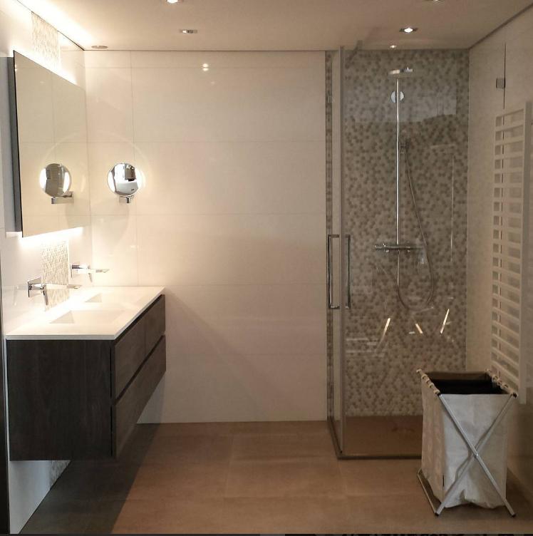 Deze mooie badkamer in onze showroom bestaat uit een douche van ...
