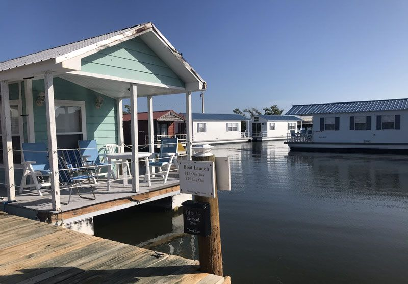 You Re Looking For Inexpensive Lodging And You Find Key West Houseboat Rentals On Airbnb Or Vrbo In 2020 Houseboat Rentals Houseboat Decor Small Apartment Decorating
