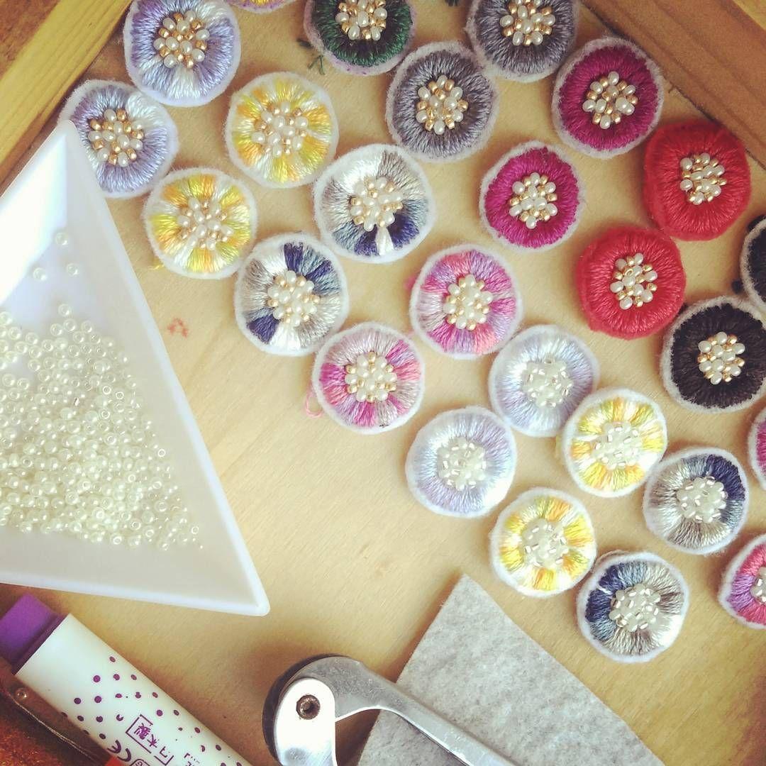 Humuhumu フムフム さんはinstagramを利用しています 秋冬モノを考え中 刺繍 アクセサリー カラフル ビーズ刺繍 ピアス イヤリング アンティーク アンティーク調 ニット 可愛い 刺繍 図案 ボタン ピアス 作り方 ビーズ刺繍 作り方