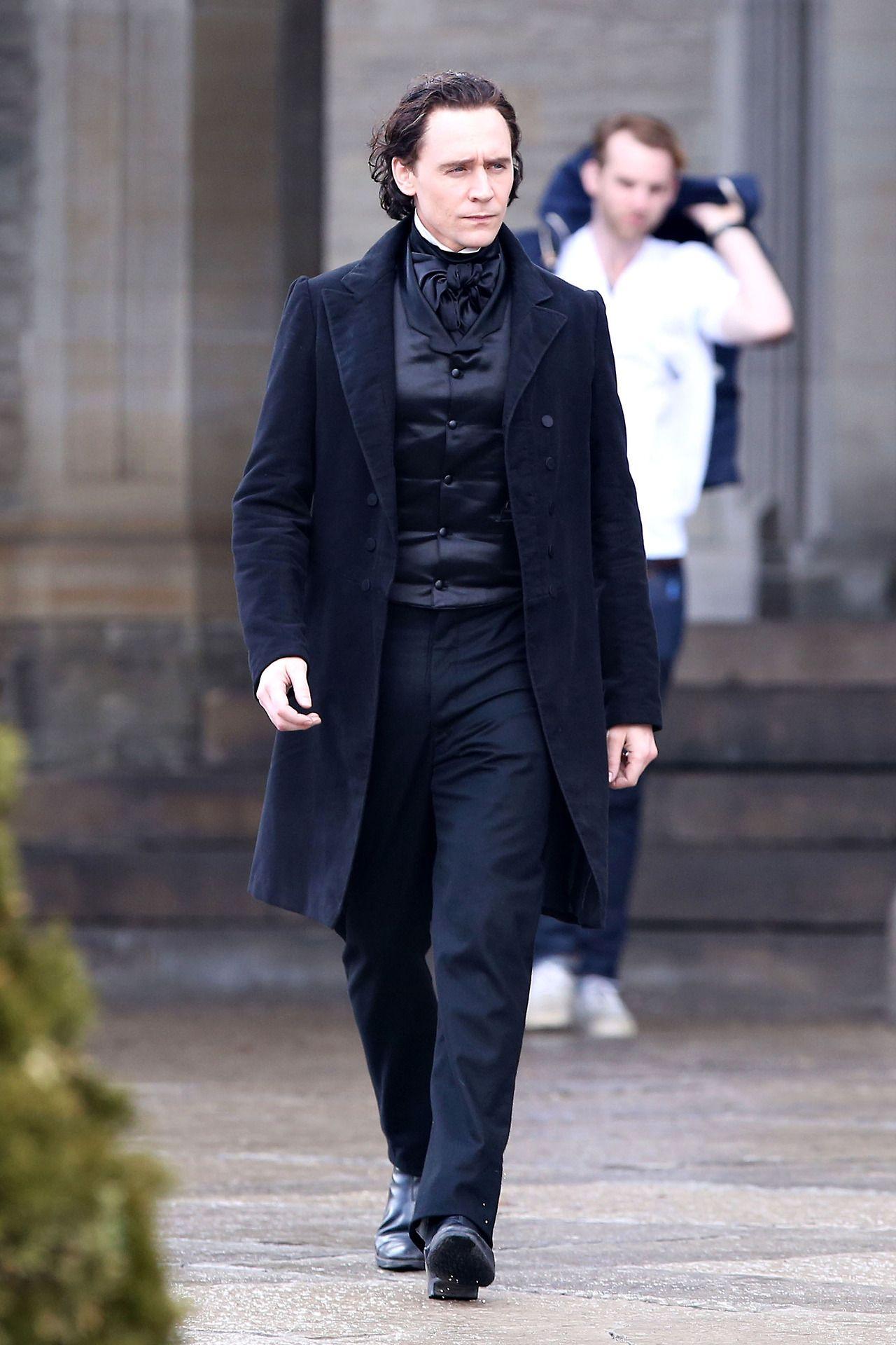 Tom Hiddleston gets prepped to film scenes for 'Crimson Peak' in Toronto on April 22, 2014 [HQ]. (http://torrilla.tumblr.com/post/83564183428/tom-hiddleston-gets-prepped-to-film-scenes-for#notes)