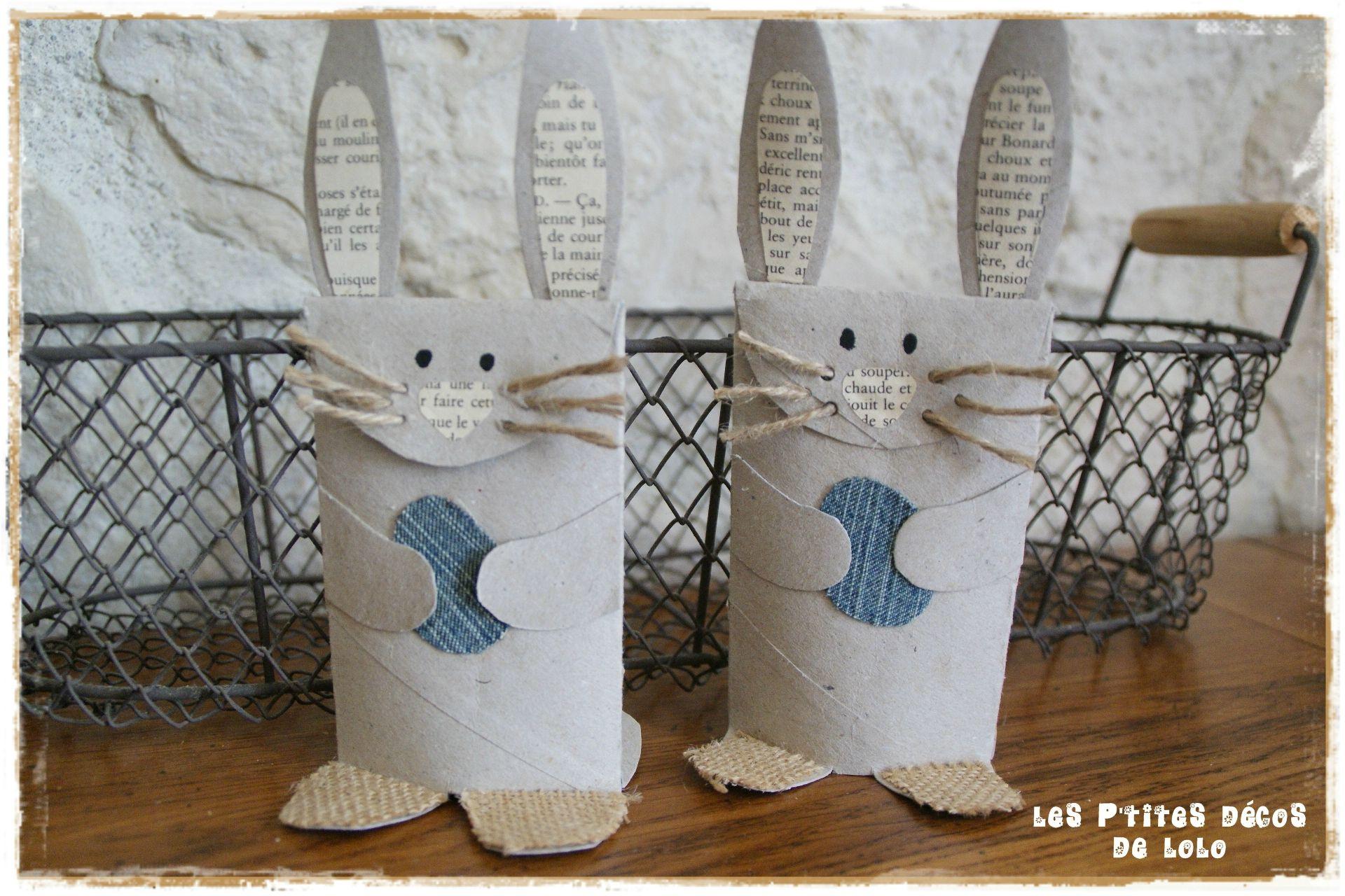 Lapins avec des rouleaux de papier toilette