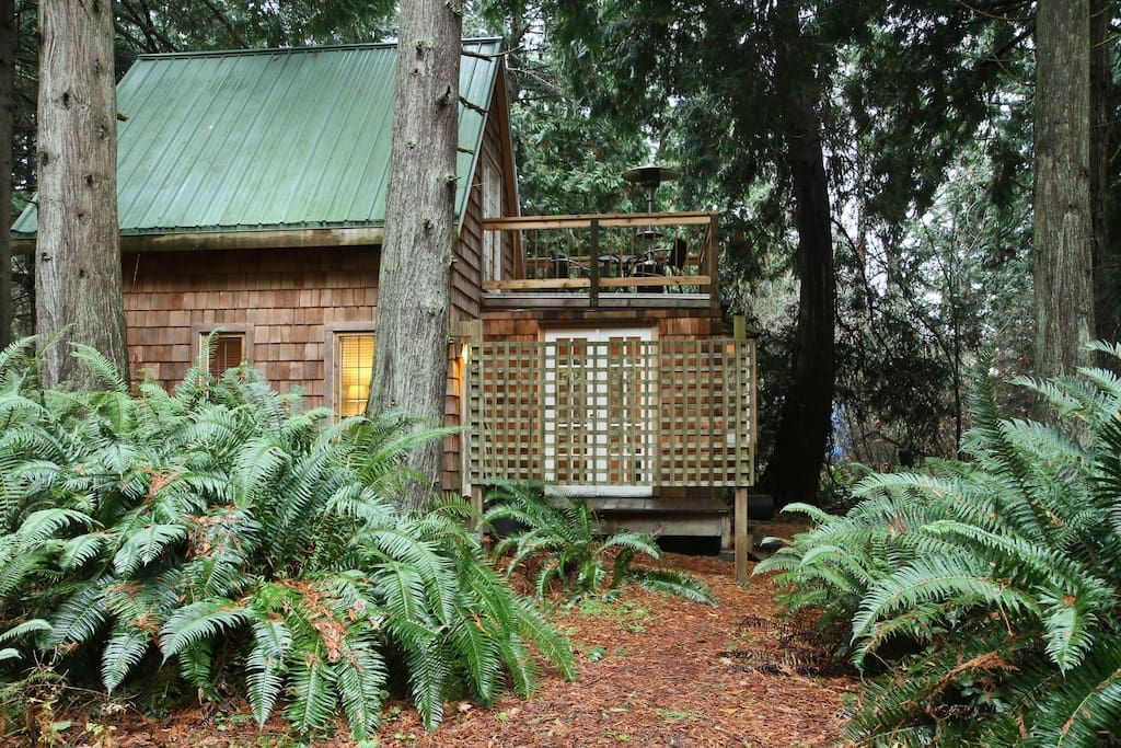 Casa en Point Roberts, Estados Unidos. This cottage has been a year around respite for couples in the Pacific Northwest for many years.  Imagine a cottage so beautiful that you feel like you have found a little slice of heaven. Now add in a grove of magnificent cedars as your landscape...