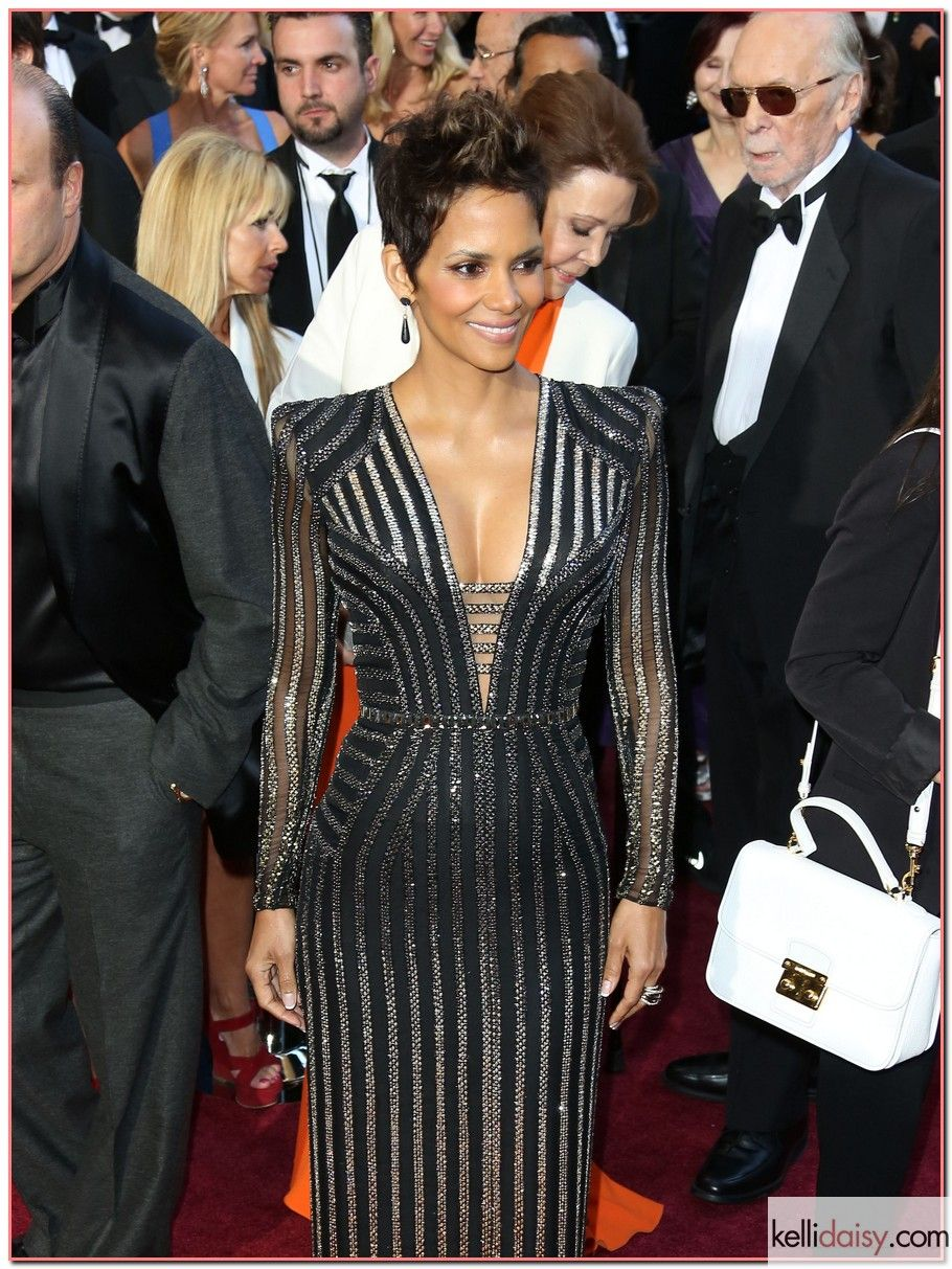Halle Berry Oscar gown Fashion, Oscar gowns, Red carpet