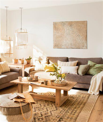Salón con cuadro abstracto y mesillas de madera