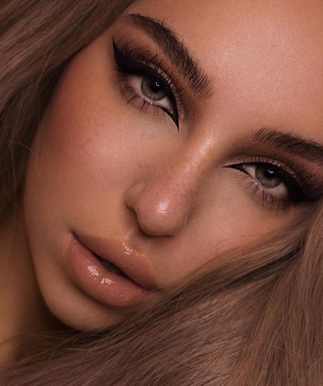 I love this dramatic makeup look! The eyeliner is amazing! ???? Dramatic Makeup Photoshoot | Dramatic
