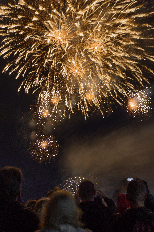Die Lustigsten Und Schragsten Silvestertraditionen Der Welt New Year Fireworks Happy New Year Fireworks Fireworks
