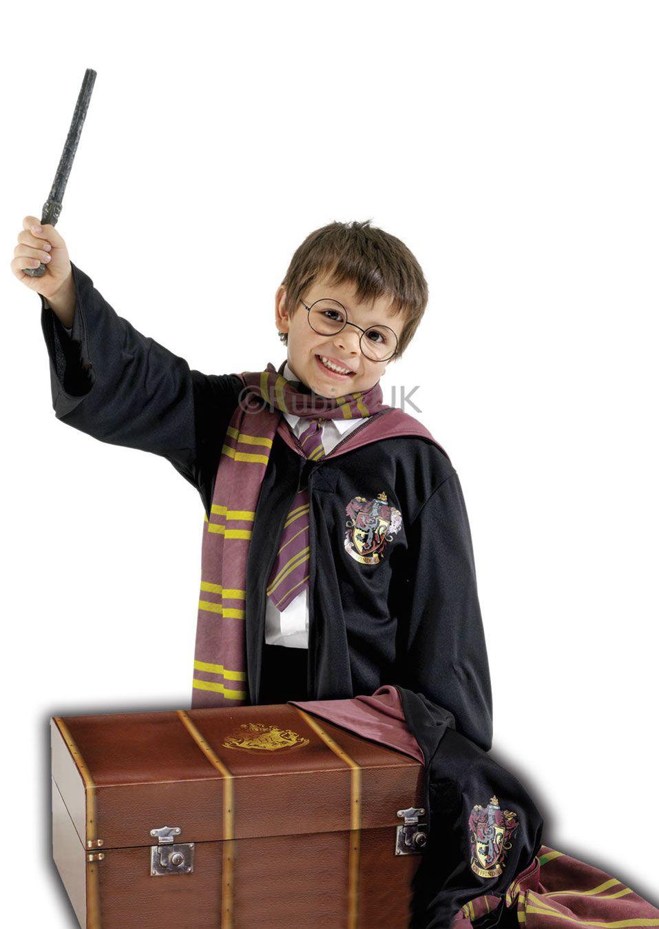 Harry Potter asusteet ja arkku. Ruskea, tyylikäs arkku kätkee sisäänsä kaiken, mitä Harry Potterin ulkoasuun kuuluu!
