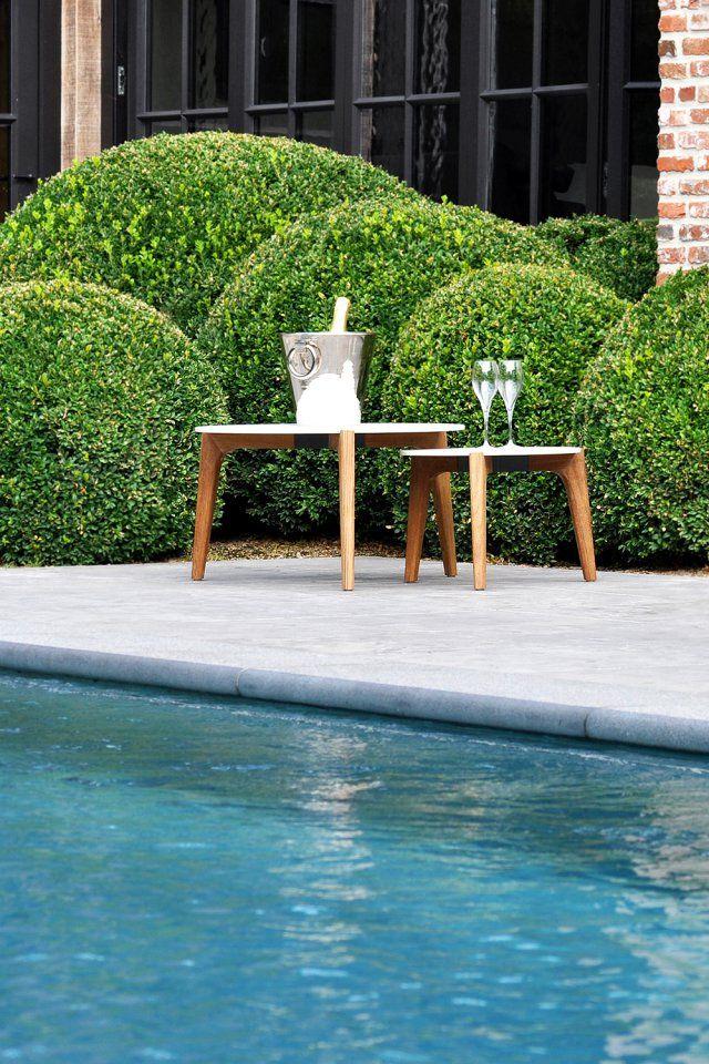 un duo de table basse a proximite de la piscine la deco aime brouiller les frontieres entre l indoor et l outdoor c est tout l esprit de ce charmant duo de