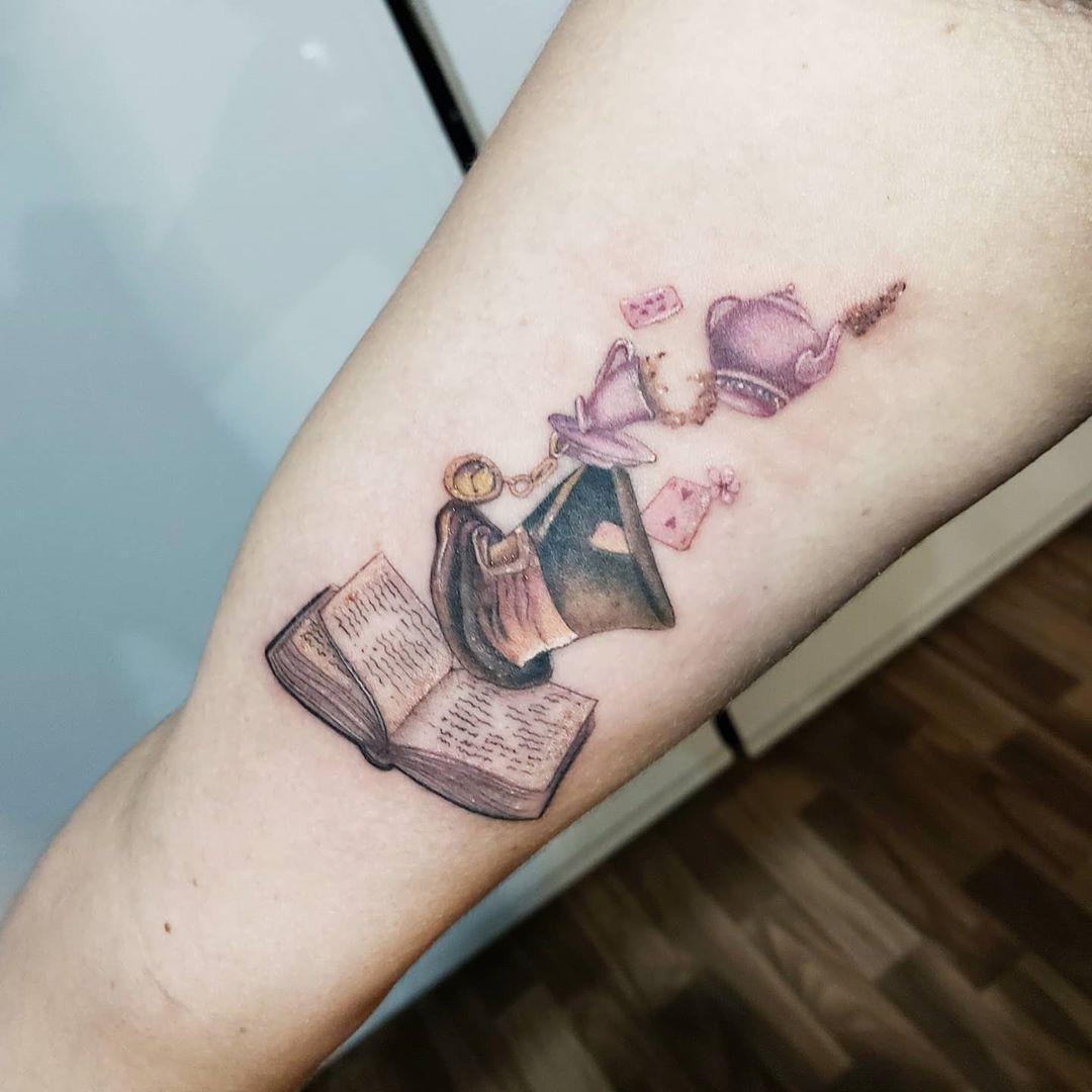 Alice in wonderland 🖤 #tattoo #tattoos #tattooed #tattooart #tatts #tattooer #tattooing #tattooist #tatuadoresmexicanos #mexico #cdmx #art #tattooart #ink #inked #inkstagram #inktober #inktattoo #joseiracheta #inkaddict #colortattoo