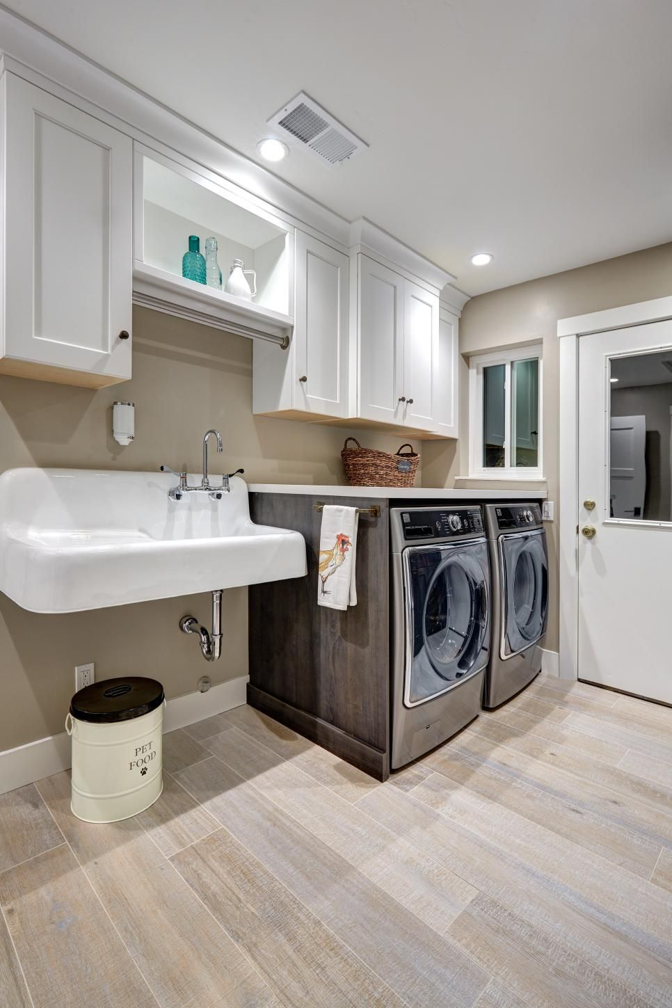 The white and sink in this laundry room give the