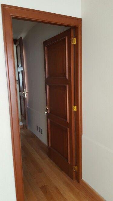 Puertas abatibles en madera de cedro rojo barniz in 2019 for Puertas de calle de madera
