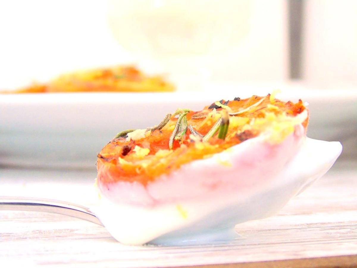 Gegrillte Aprikosen mit Rosmarin und Zitronen-Joghurt