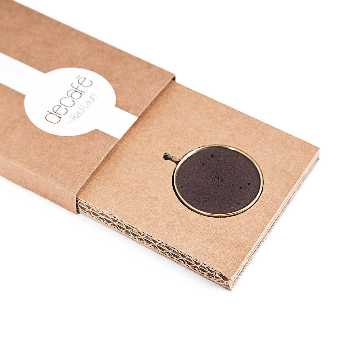 Descubra el collar decafé. Una elegante combinación de café mas latón inspirada en el borde de una taza de café.  ¡¡Deseamos que disfrute de la experiencia única de decafé !!