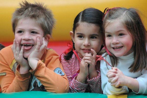 Tres niños sonrientes