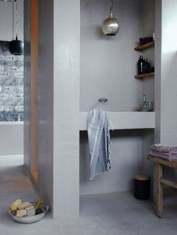 Volledig in stuc uitgevoerde badkamer. Stuc op de vloer op de wand ...