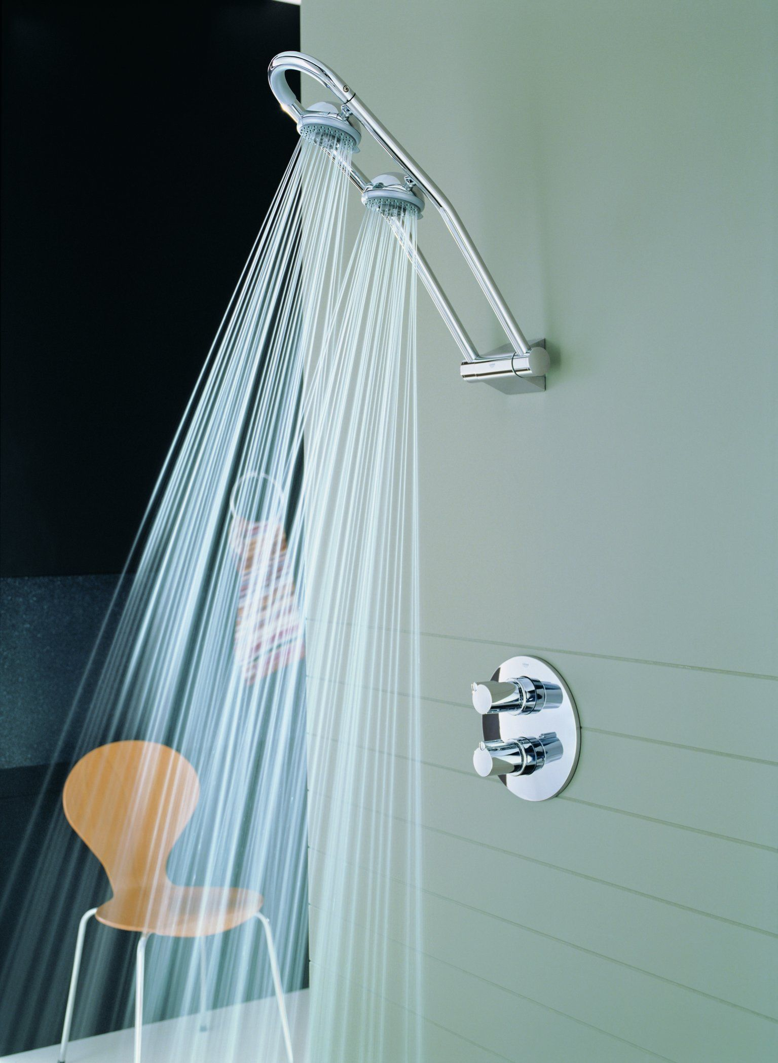 With two rotating shower heads, adjustable for use as head or side ...