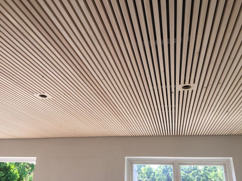 Enormt Listeloft – træ-lister som en flottere løsning på akustiklofter FU-84