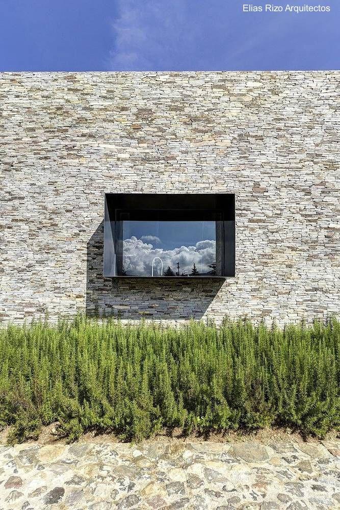 Moderna ventana marco de acero en muro de piedra | Bujarrabal ...