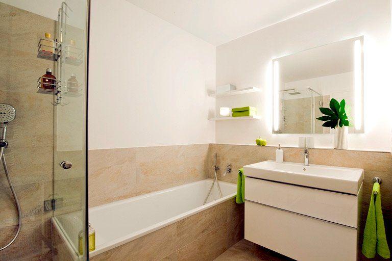 Badezimmer mit sandfarbenen Fliesen, Dusche mit gläserner - badezimmer badewanne dusche