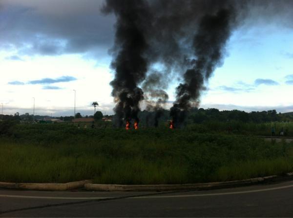 Um protesto complicou o trânsito na manhã desta quinta-feira (12), a partir do Km 125 da BR-101, nas proximidades do município de Escada, na Zona da Mata pernambucana. Os manifestantes que, de acordo com a Polícia Rodoviária Federal (PRF), pertencem ao Movimento dos Trabalhadores Sem Teto (MTST), interditaram os dois sentidos da rodovia queimando objetos.