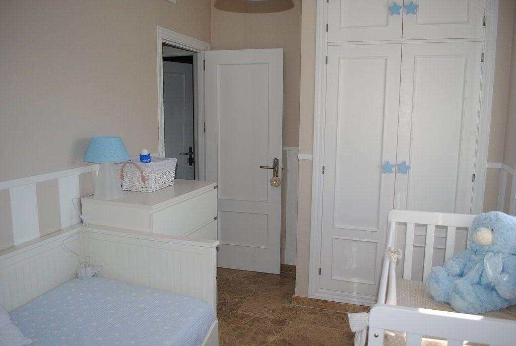 Habitaci n con pared beige y blanca habitaciones - Pegatinas pared infantiles ikea ...