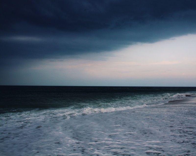 Nuances de bleu et de gris. Ocean et ciel Shades of blue and grey. Ocean and sky / by Whitney Hayes