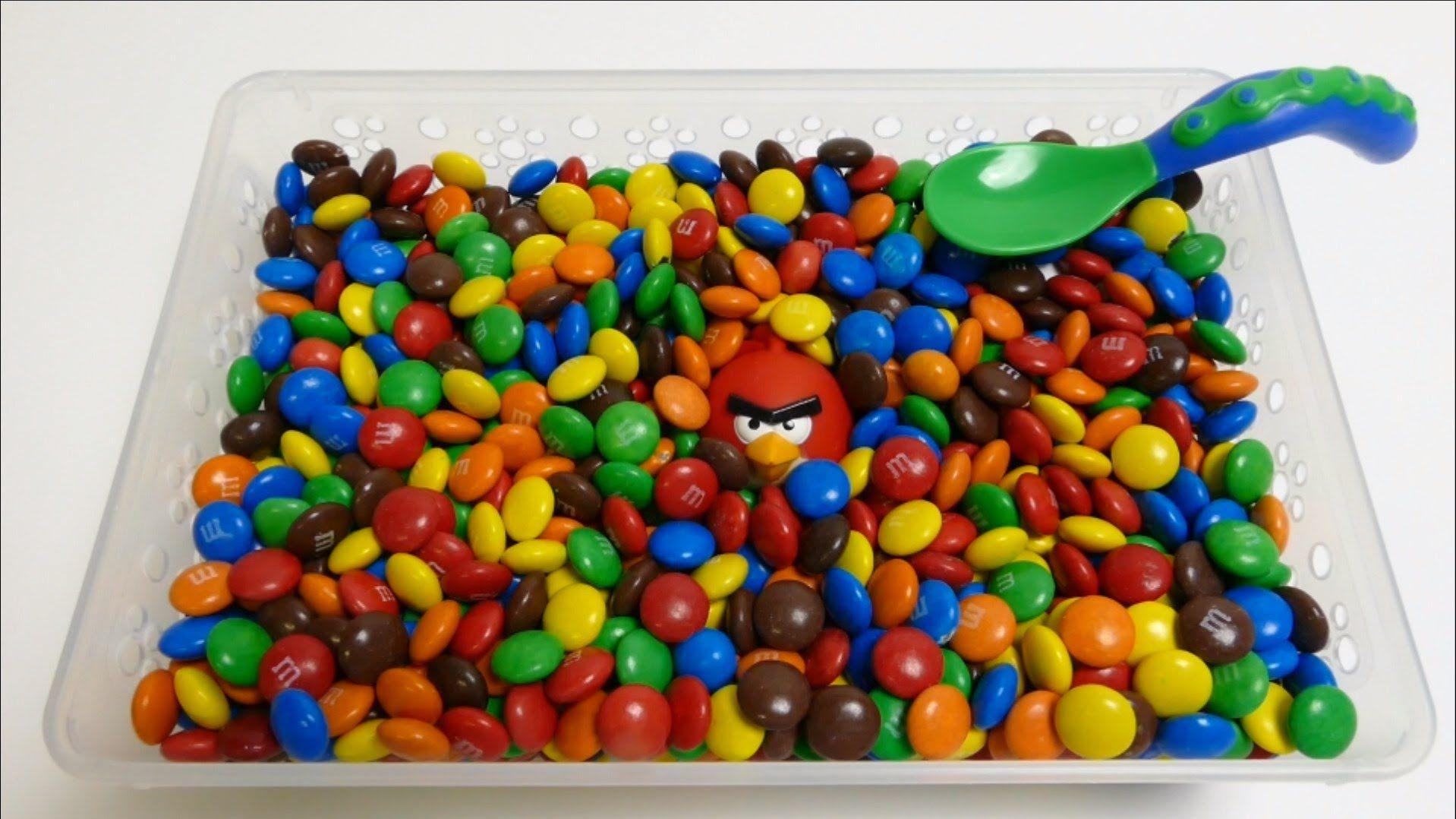 M&M's Surprise Toys Hide & Seek - Donald Duck, Cars, SpongeBob, Beaver, ...