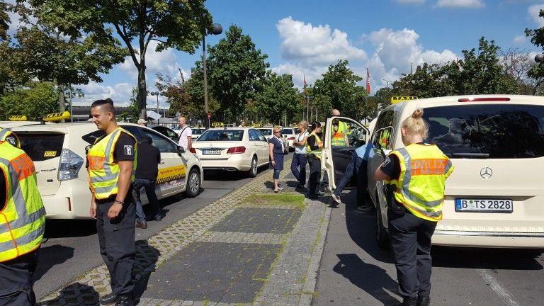 senat zwingt berliner taxifahrer, pro-tegel-aufkleber zu